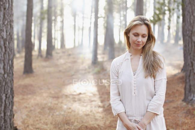 Retrato de mulher sereno no bosque ensolarado — Fotografia de Stock