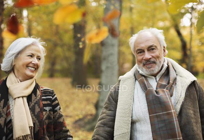 Старшая кавказская пара, гуляющая вместе в парке — стоковое фото