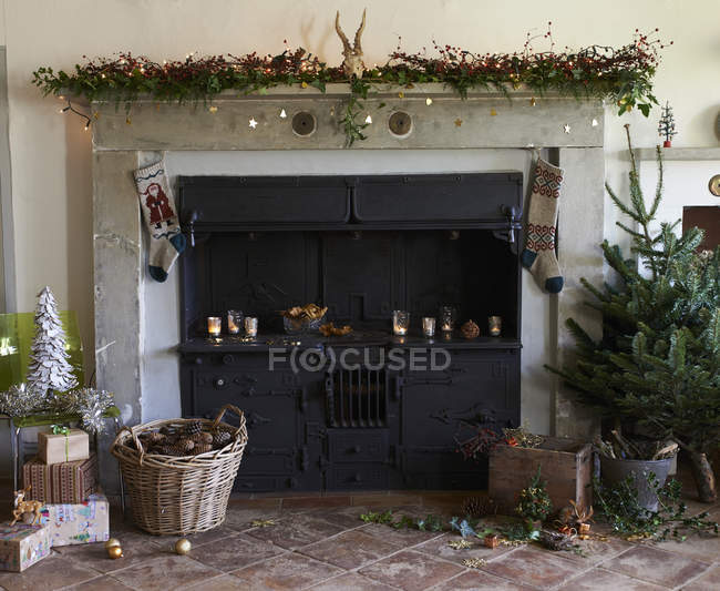 Fireplace decorated for Christmas in cozy interior — Stock Photo