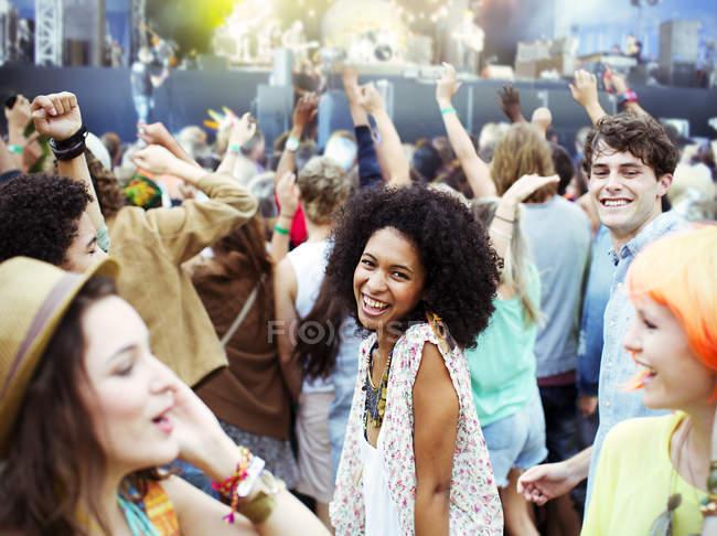 Любителів танців і оплески на фестивалі музики — стокове фото