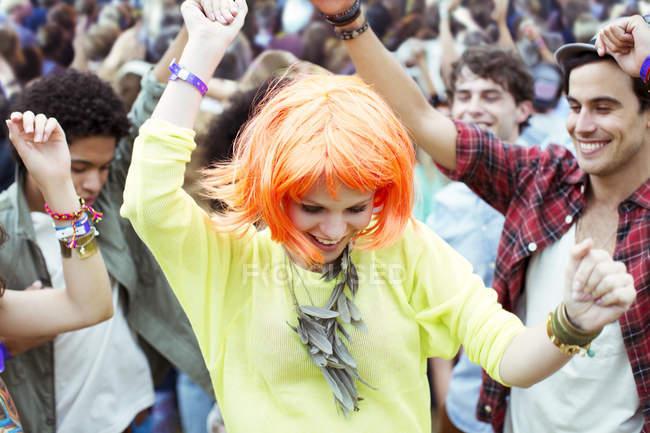 Жінка в перуку танцювати на музичному фестивалі — стокове фото