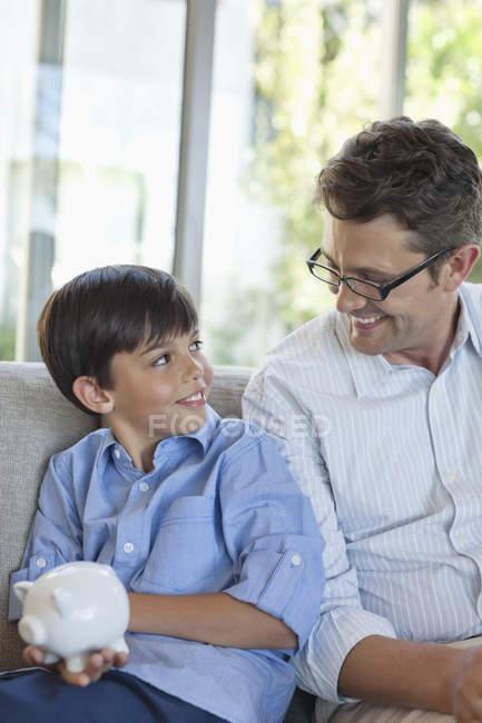 Батько і син проведення скарбничка — стокове фото