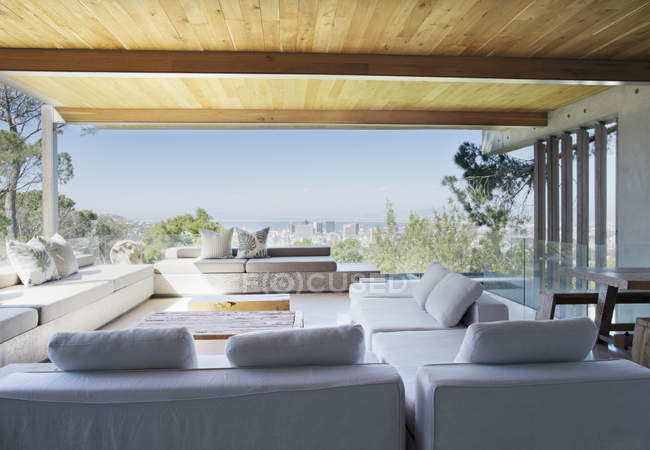 Sofás e mesa na moderna sala de estar — Fotografia de Stock