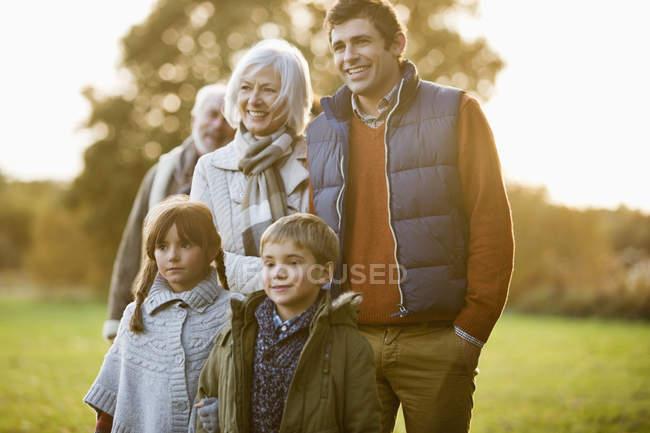 Família feliz andando juntos no parque — Fotografia de Stock