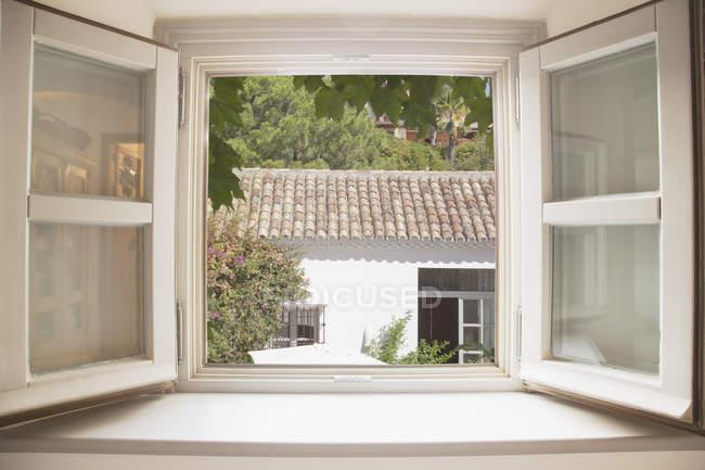 Sol brilhando através da janela da cozinha — Fotografia de Stock