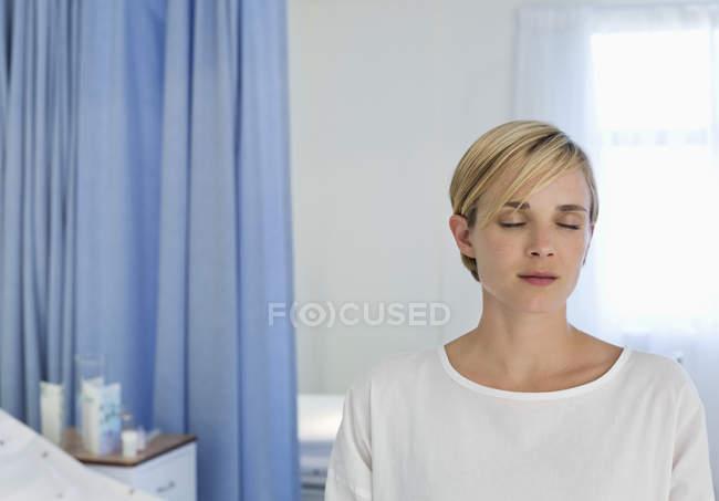 Paziente seduto sul letto in camera d'ospedale — Foto stock