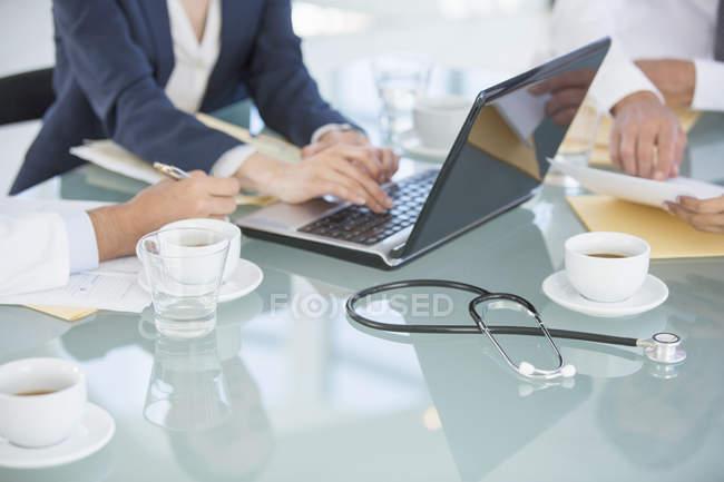 Empresários e médicos em reunião — Fotografia de Stock