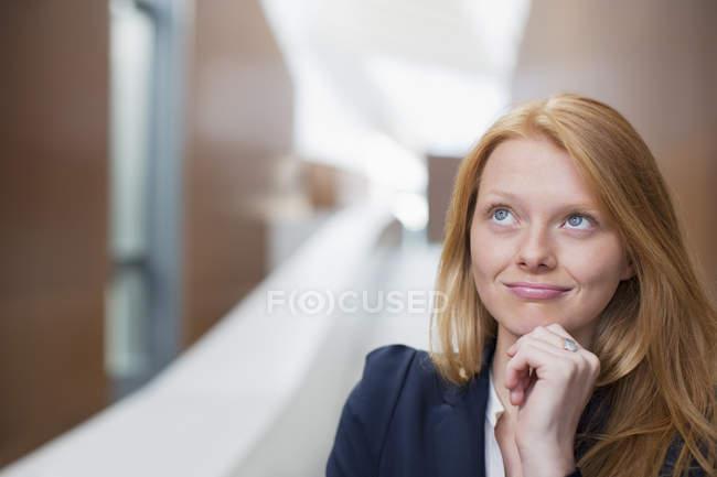 Ritratto di donna d'affari pensierosa guardando in alto — Foto stock