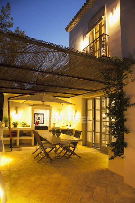 Pátio iluminado de villa de luxo — Fotografia de Stock