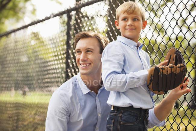 Pai e filho no campo de basebol — Fotografia de Stock
