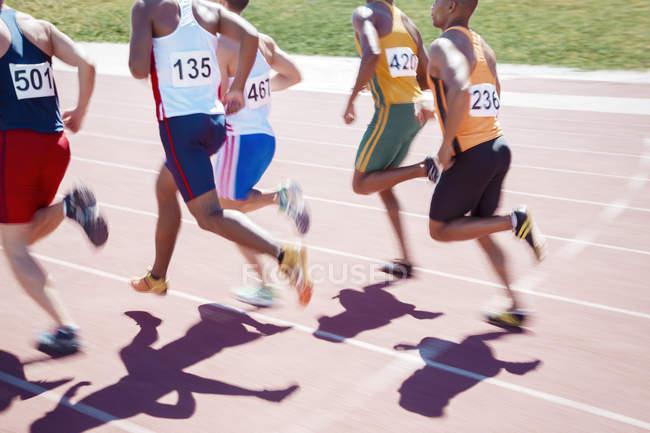 Läufer, die Rennen auf der Strecke tagsüber — Stockfoto
