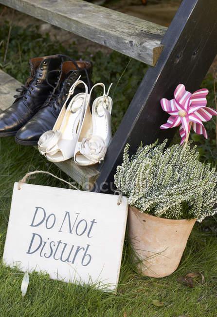 Zapatos de pareja recién casados con signo de