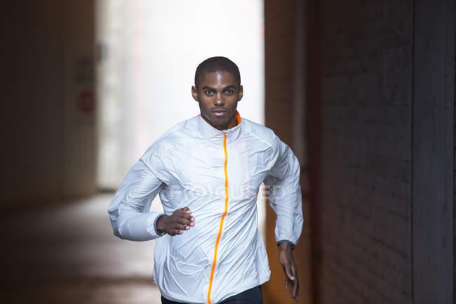 Человек бежит по улицам города — стоковое фото