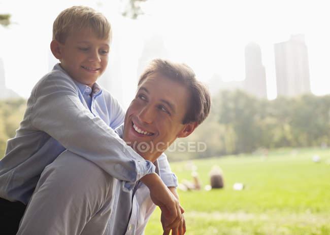 Padre e hijo en parque urbano - foto de stock