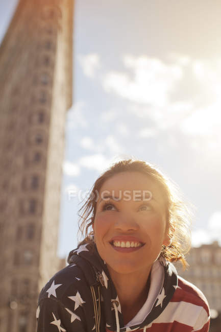 Smiling woman on city street — Stock Photo