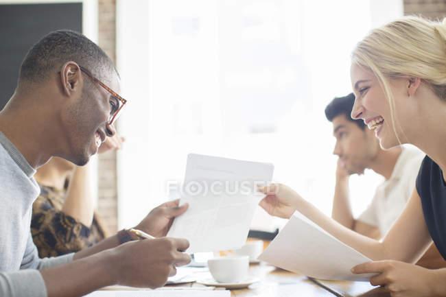 Деловые люди вместе просматривают документы в кафе — стоковое фото