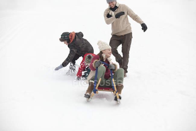 Rodeln in schneebedeckten Feld aktive Familienglück — Stockfoto