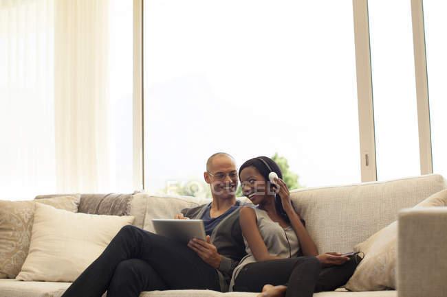 Молодая привлекательная пара отдыхает вместе на диване — стоковое фото