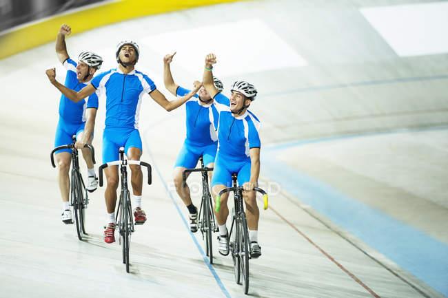 Equipe de ciclismo de pista comemorando na pista — Fotografia de Stock
