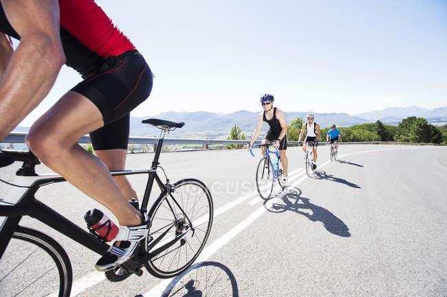 Cyclistes en course sur route rurale — Photo de stock