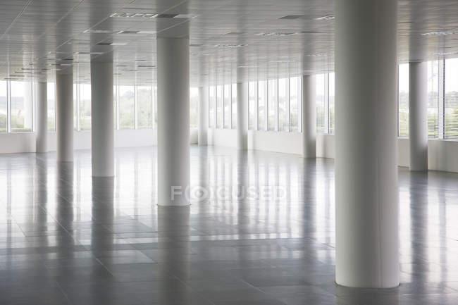 Pilares en edificio de oficinas vacío - foto de stock