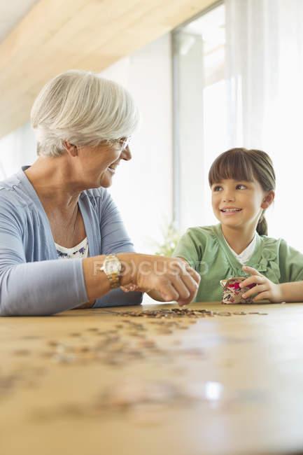 Mayores mujer y nieta contando monedas - foto de stock