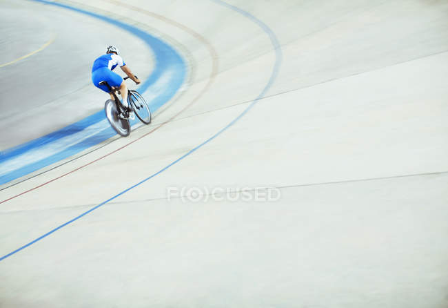 Ciclista de pista equitación alrededor de Velódromo - foto de stock
