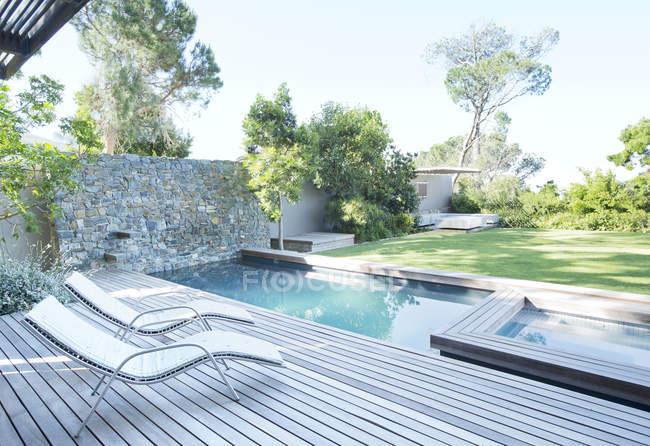 Sedie da giardino e piscina in giardino — Foto stock
