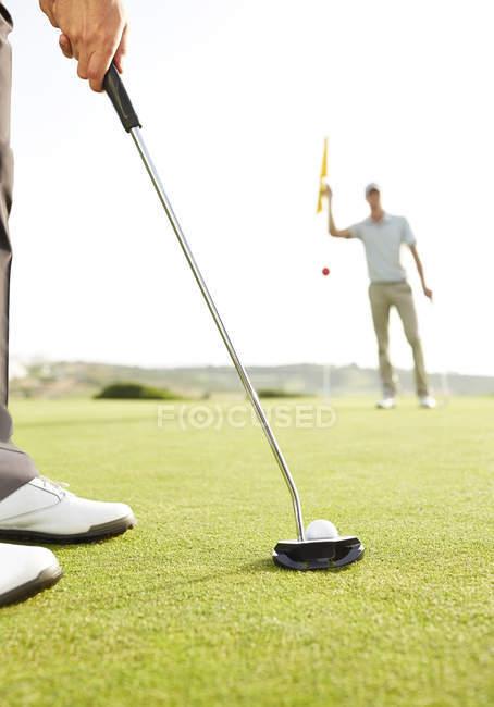 Abgeschnittenes Bild eines Mannes, der Golfball spielt — Stockfoto