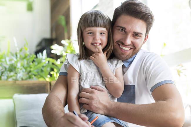 Porträt lächelnden Vater und Tochter — Stockfoto