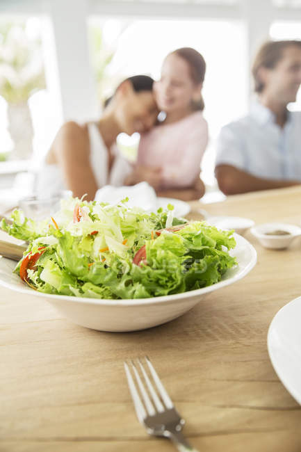 Закрыть миску салата на столе — стоковое фото