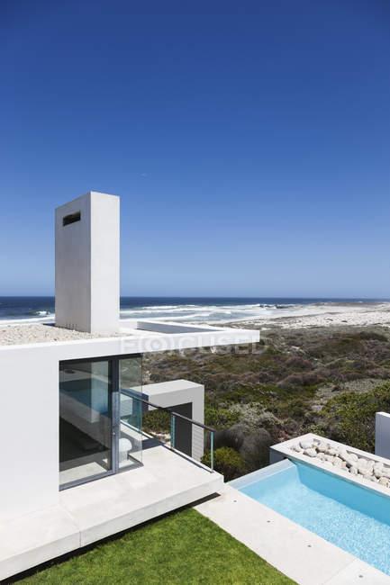 Malerischer Blick auf modernes Haus mit Blick auf den Ozean — Stockfoto