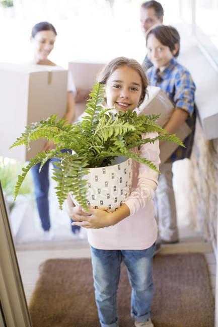 Портрет посміхаючись сім'ї рухомих речей в будинок — стокове фото