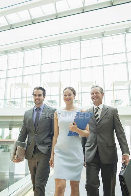 Gens d'affaires marchant dans le bureau — Photo de stock