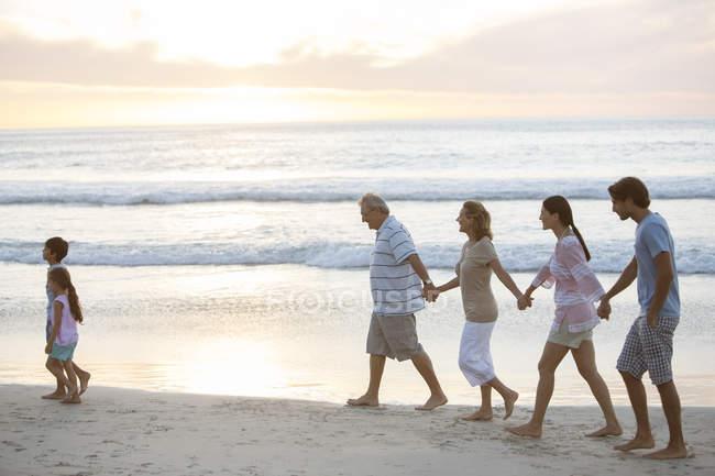 Multi-geração família andando na praia — Fotografia de Stock