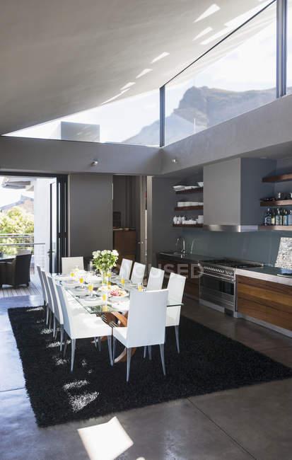 Mesa e cadeiras na moderna sala de jantar — Fotografia de Stock