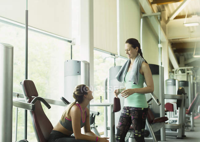 Women talking and resting at gym — Stockfoto