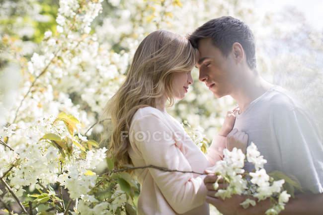 Пара объятий на открытом воздухе в дневное время — стоковое фото