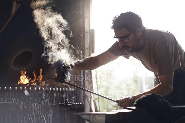 Кузнец, формирование паром из кованого железа в forge — стоковое фото