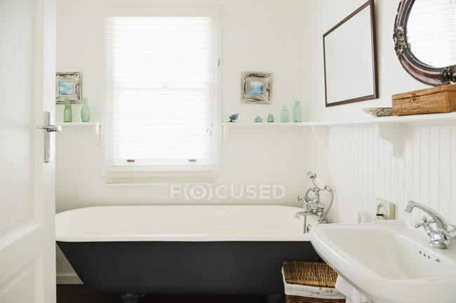 Banheira de pé de garra no banheiro ornamentado — Fotografia de Stock