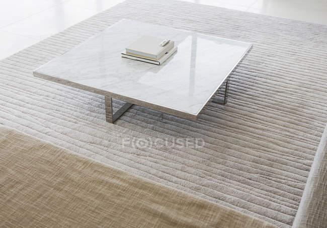 Mesa de café na sala de estar moderna — Fotografia de Stock