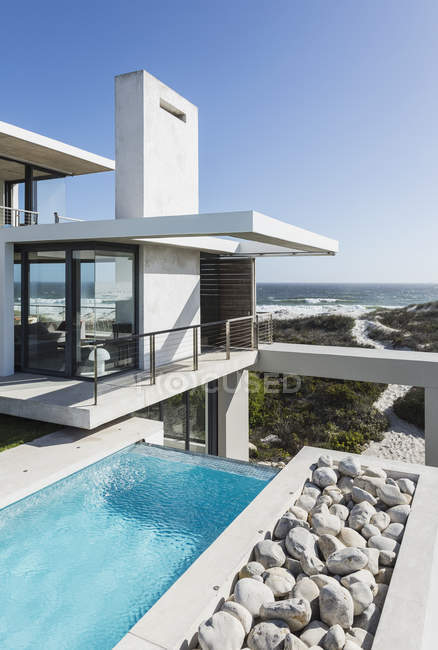 Lap pool and balcony of modern house overlooking ocean — Stock Photo