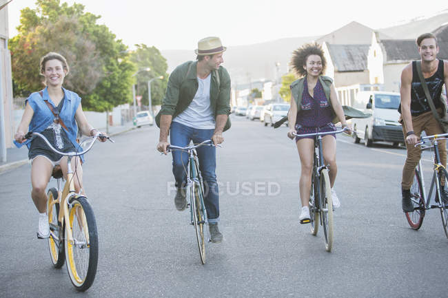 Друзів на велосипедах, підряд на вулиці — стокове фото
