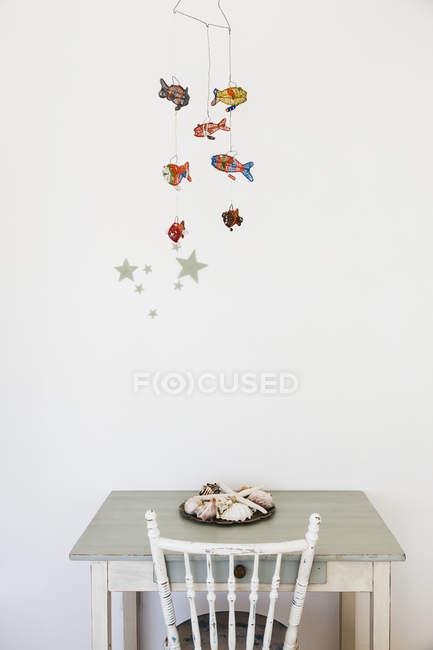 Pesce decorazione mobile appeso sopra scrivania — Foto stock
