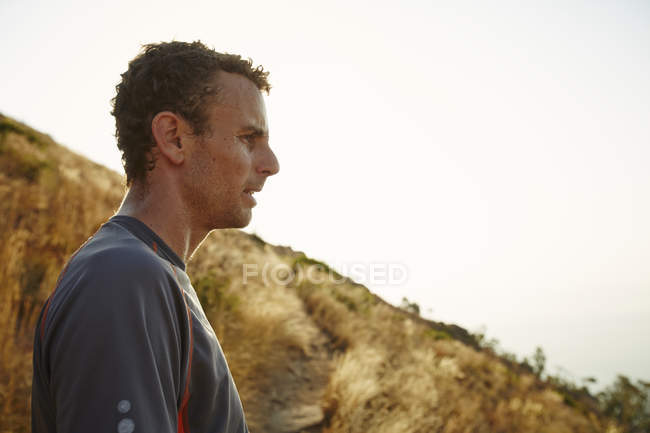 Tired runner taking a break looking away on trail — Stockfoto
