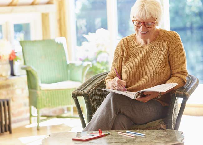 Donna maggiore da colorare nel libro da colorare — Foto stock