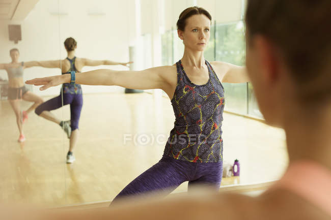 Focused fitness instructor leading class — Stockfoto