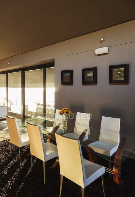 Stühle Und Tisch Im Modernen Speisesaal U2014 Stockfoto