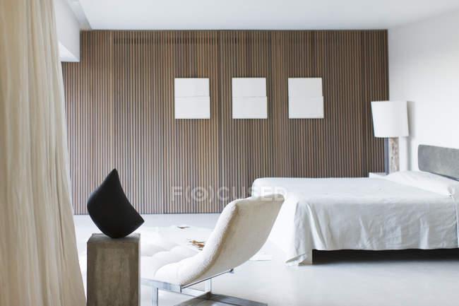 Moderne Schlafzimmer tagsüber drinnen — Stockfoto