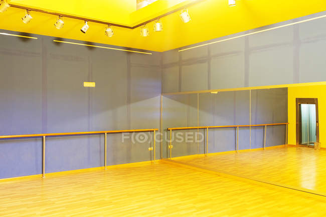 Barre and mirror in empty ballet studio — Stock Photo